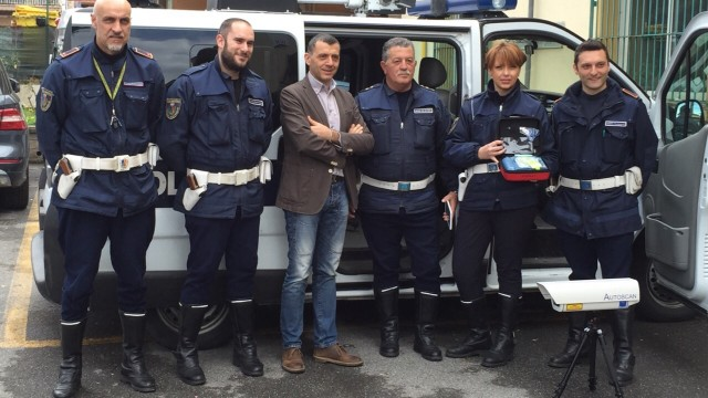Consegna defibrillatore a Polizia Municipale Guidonia: interventi più immediati