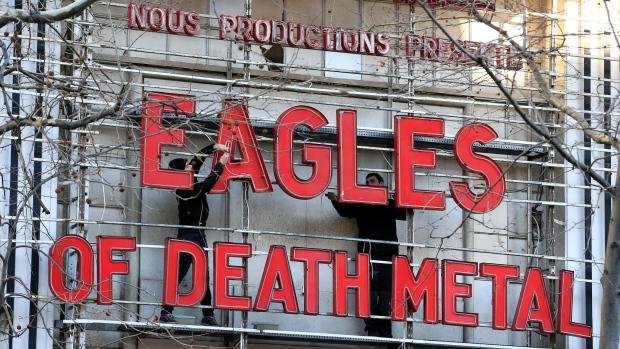 """Eagles of Death Metal di nuovo a Parigi: """"tutti dovrebbero avere armi"""""""
