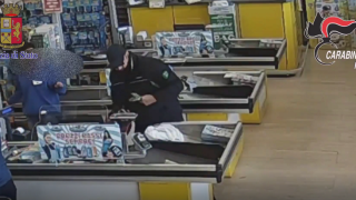 20 rapine a mano armata nei supermercati, arrestato IL VIDEO