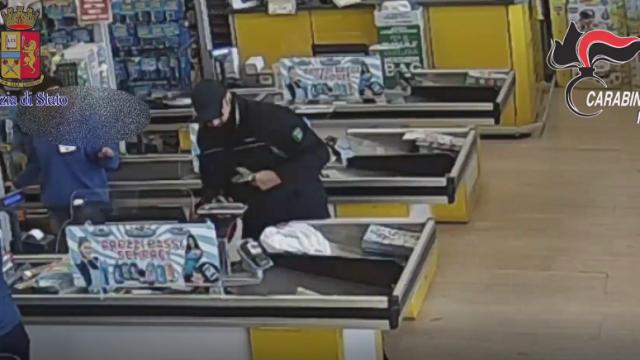 20 Rapine a mano armata in supermercati, arrestato italiano da Carabinieri e Polizia